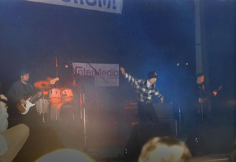 Gruppa_KAZEMAT_-_koncert_v_Gorbushke_(1999)_01