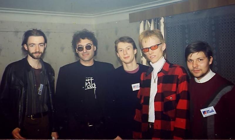 Gruppa_KAZEMAT_i_Armen_Gigorjan_v_grimerke_DK_Gorbunova_(12-05-1999)
